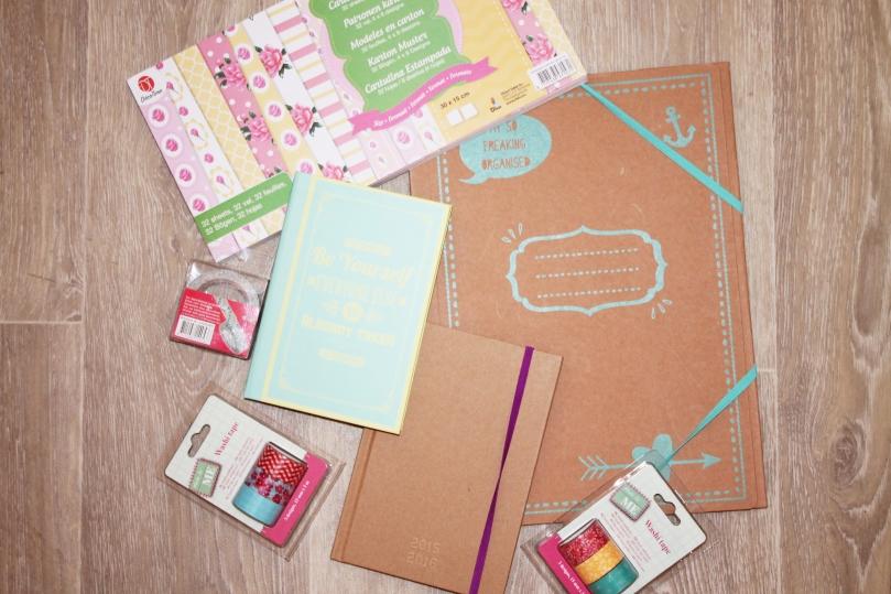 Bloc papier à motifs - 1€69 Chemise cartonnée - 0€69 Carnet - 0€99 Agenda DIY - 0€99 masking tape tissu - 0€59 masking tape x3 - 0€79